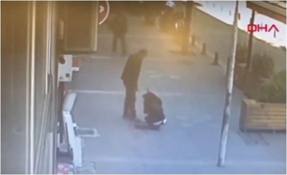 Hombre golpea a su exesposa y es noqueado por peatón