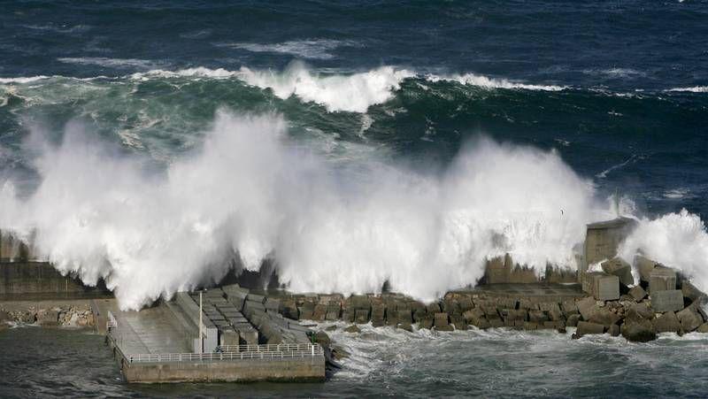 Una enorme ola se traga un turista — Dramático video