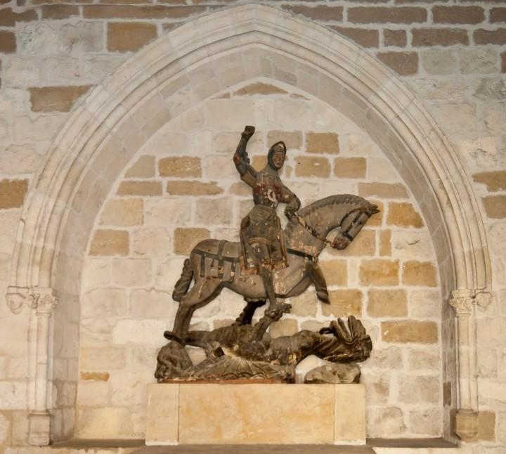 Burda restauración de escultura de San Jorge causa polémica en España