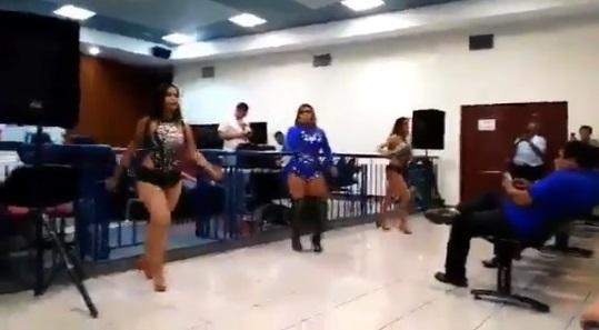Polémica por fiesta con bailarinas en sala de audiencias en juzgados