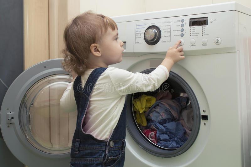 Encierran a niño de 2 años en lavadora y comparten la foto