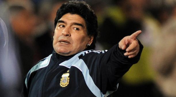 Maradona se enoja por el constante asedio de los medios y aficionados