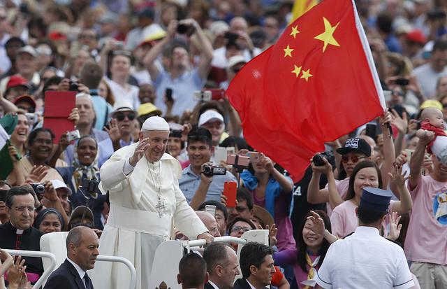 China y Vaticano firman acuerdo para nombrar obispos — Histórico
