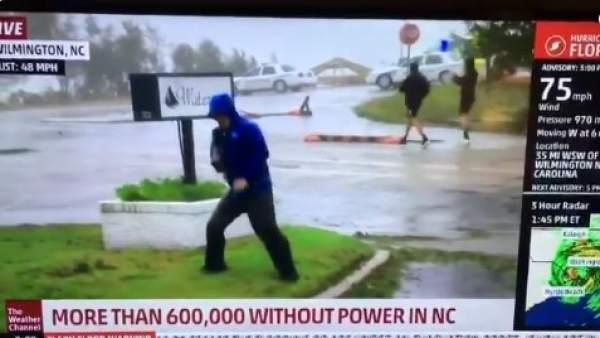 Reportero finge luchar contra vientos de Florence y causa polémica