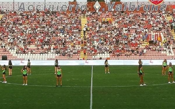 Un club de fútbol puso a chicas en mini shorts como alcanzapelotas