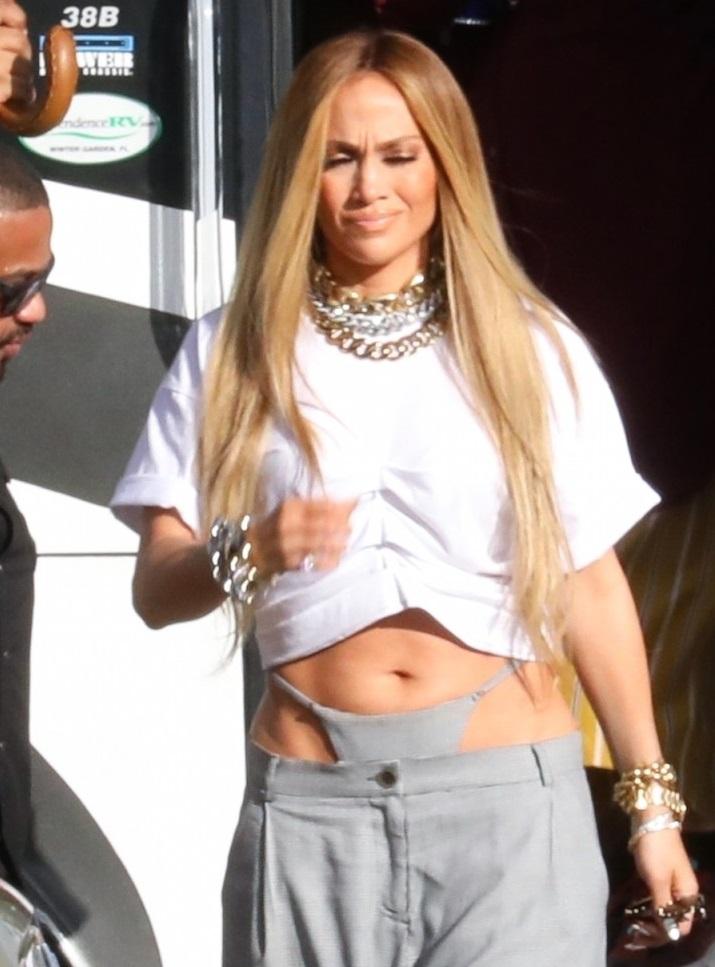 (FOTOS) ¿Sexy o vulgar? El revelador outfit de Jennifer Lopez que genera polémica