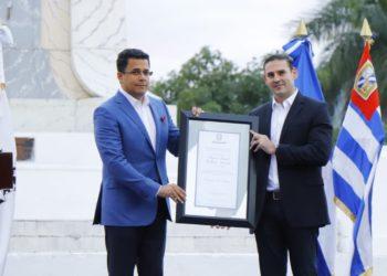 Alcalde Ernesto Muyshondt entregó las llaves de la Ciudad a su homólogo de Santo Domingo, David Collado.